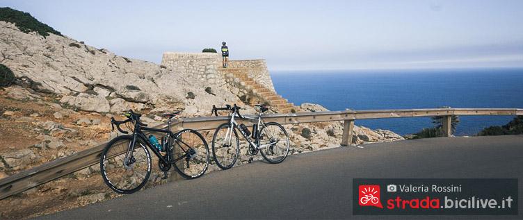 biciclette parcheggiate per ammirare il panorama di Maiorca