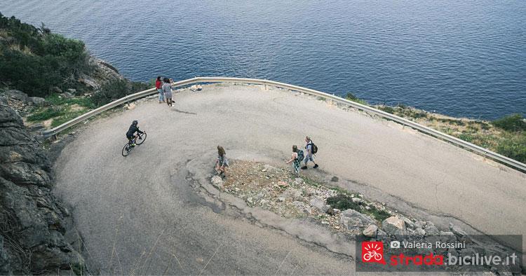 ciclisti visti dal faro di Port Sollér