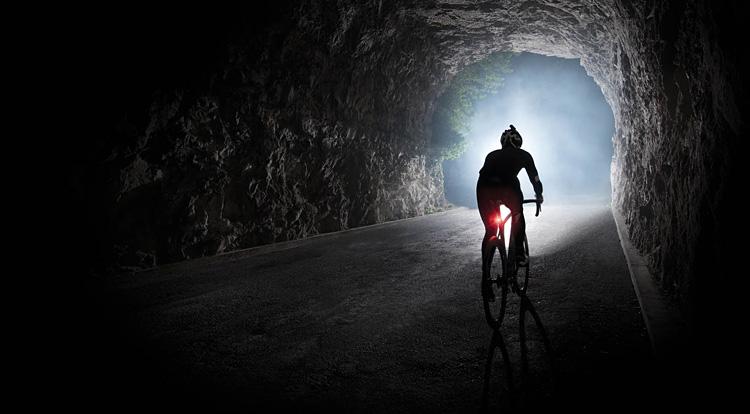 biker pedala di notte con la luce Garmin Varia UT800