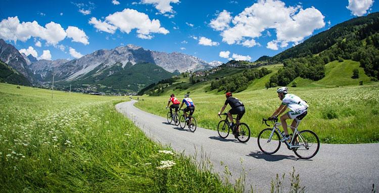 ciclisti pedalano durante la granfondo Stelvio Santini