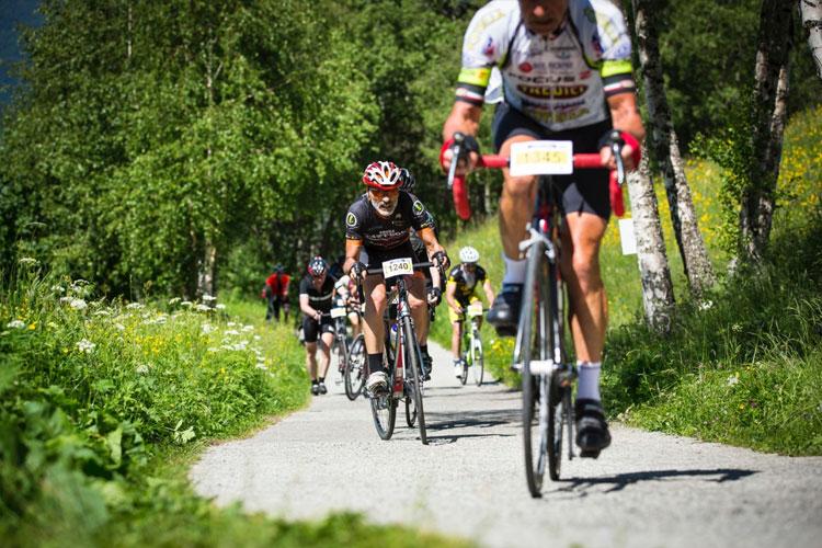 ciclisti salgono il mortirolo alla stelvio santini