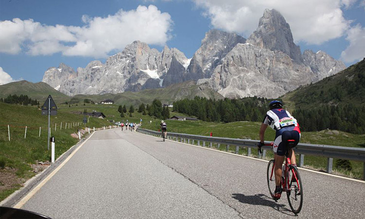 ciclista verso il passo Rolle della gf Sportful Race Dolomiti