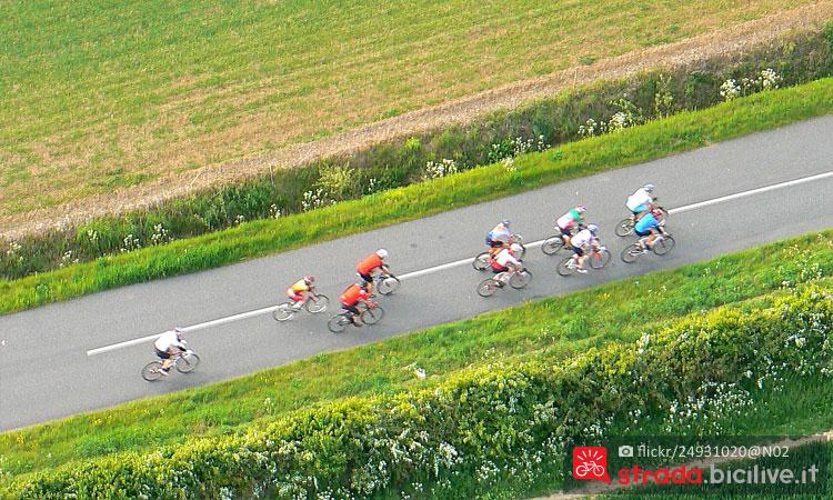 ciclisti in brianza durante la granfondo milano