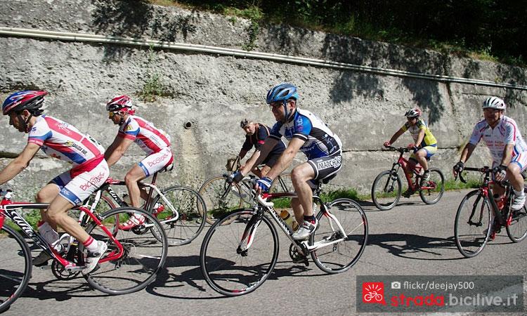 ciclisti alla granfondo milano