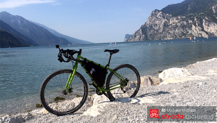bicicletta parcheggiata al lago di garda