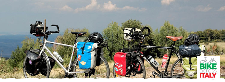 Due biciclette cariche di borse per un lungo viaggio