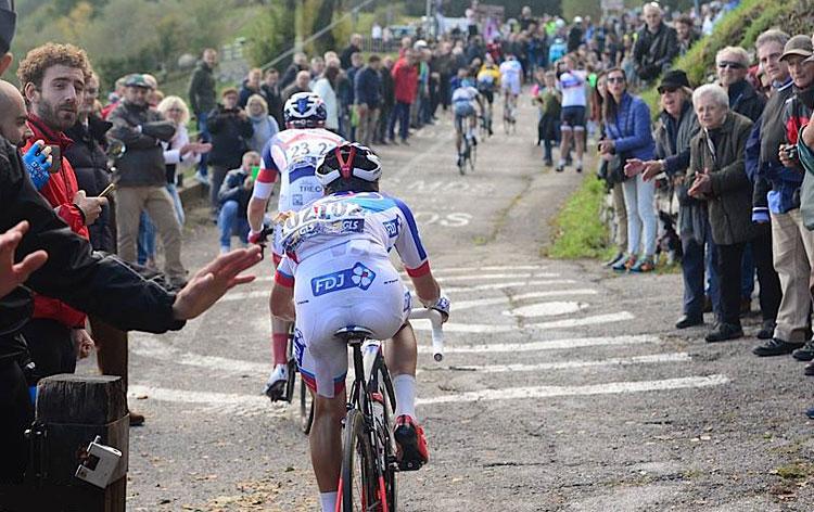 ciclista professionista sul muro di sormano