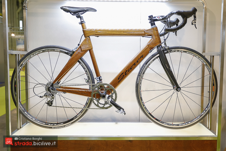 foto della bici da corsa in legno di teak Sturer