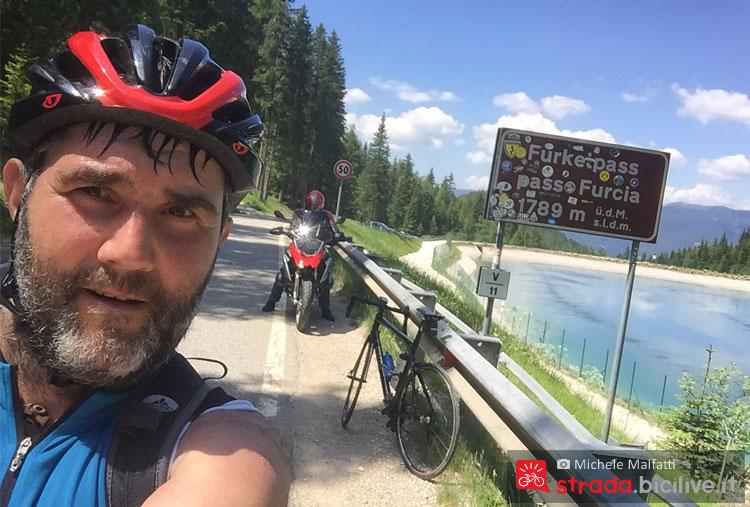 selfie con sudore e bici salendo al passo furcia