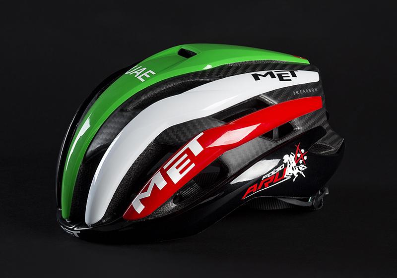 Il casco di Fabio Aru del team Uae 2018 con il tricolore