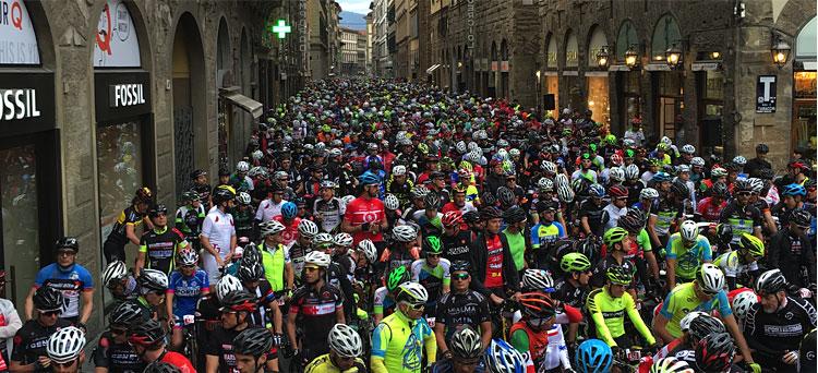 partenza della granfondo dal centro di Firenze