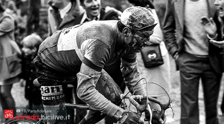 ciclista tra fango e fatica durante la roubaix