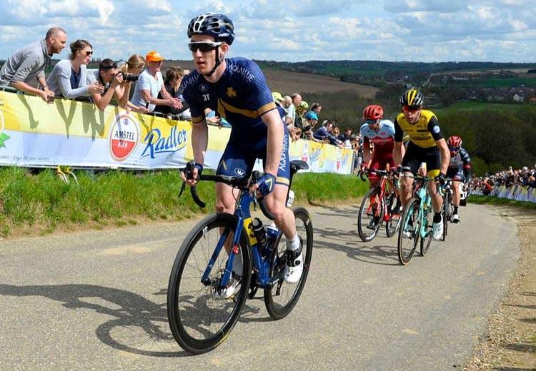 ciclista dell'Aqua Blue Sport con copertoni Pzero