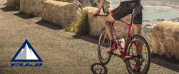 Ciclista in sella a una bici da strada Fuji del 2018
