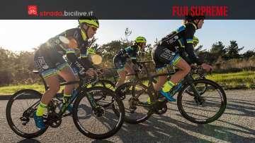 cicliste in sella alla Fuji Supreme in carbonio