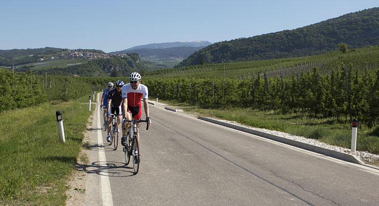 ciclisti pedalano verso Riva del Garda durante la GF Top Dolomites