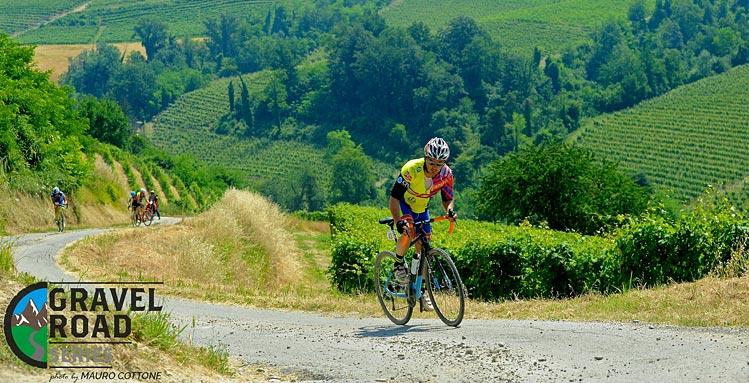 ciclista con bici gravel pedala nelle Langhe