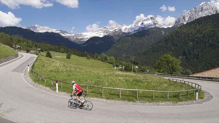 ciclista in salita durante la GF Top Dolomites