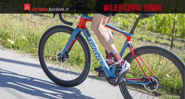 ciclista pedala sulla Wilier Cento 10NDR