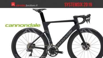 Una bici da corsa veloce Cannondale SystemSix
