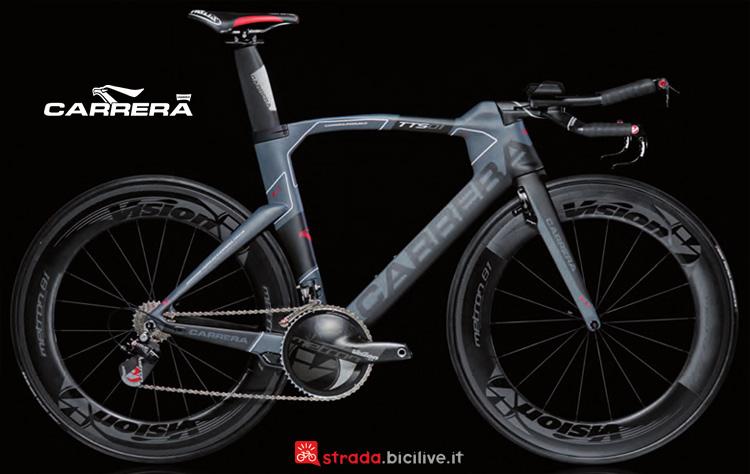 Una bicicletta da crono col telaio Carrera TTS01.