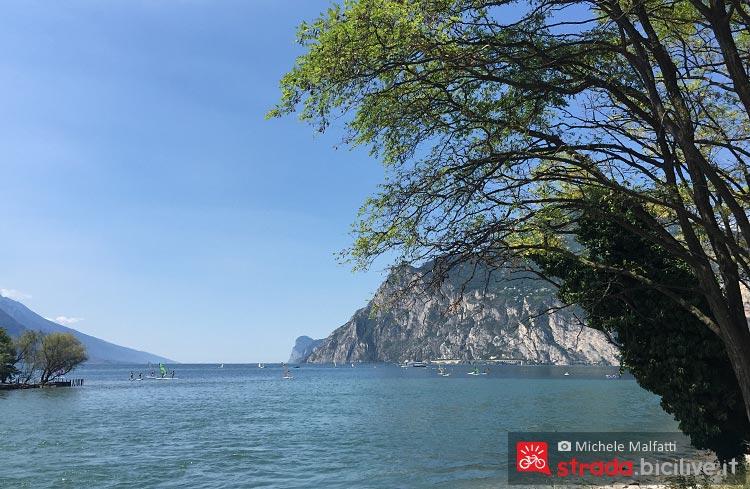 lago di Garda all'arrivo della ciclabile a Torbole