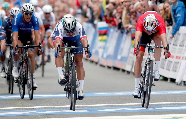 Foto di peter Sagan che vince allo sprint il suo terzo mondiale