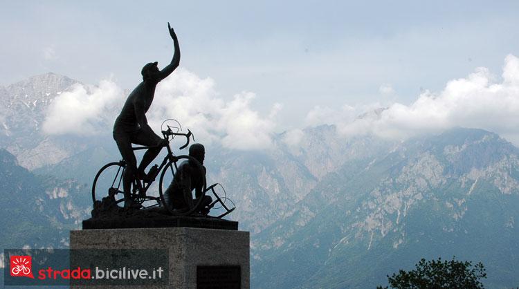 statua di Coppi sul Ghisallo