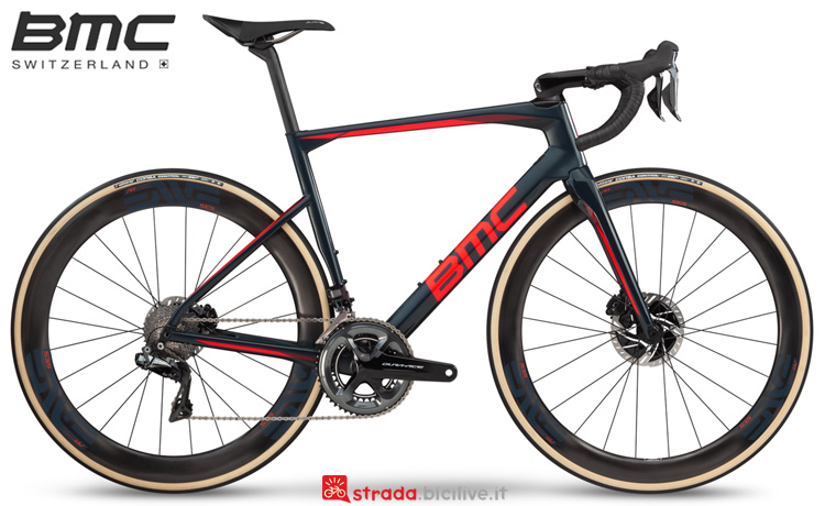 Una bici da endurance BMC Roadmachine 01 One 2019