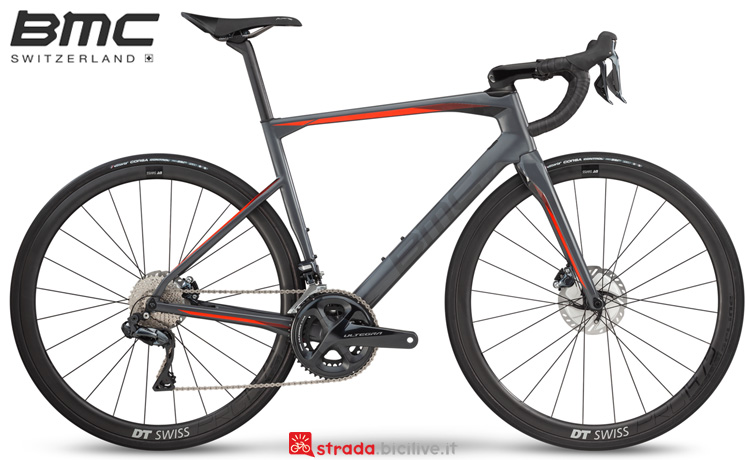 Una bicicletta da strada BMC Roadmachine 01 Three dal catalogo 2019