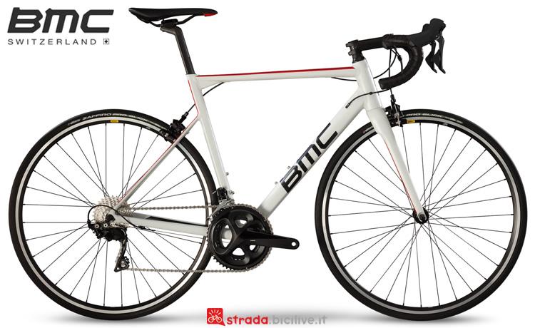 Una bicicletta da corsa BMC Teammachine ALR01 One