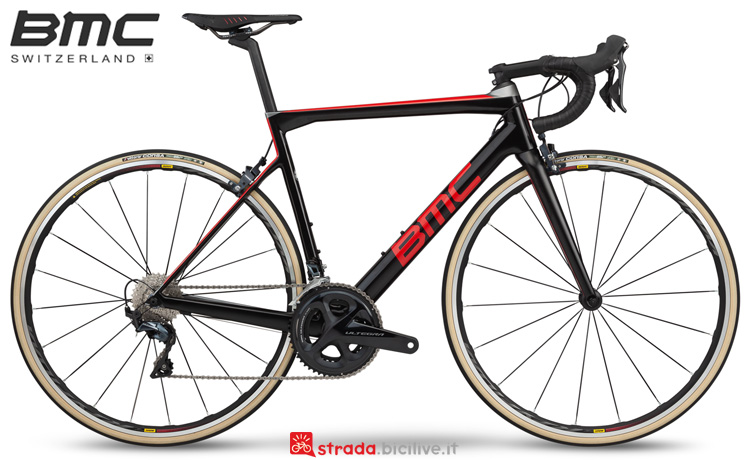 Una bicicletta BMC Teammachine SLR01 Four