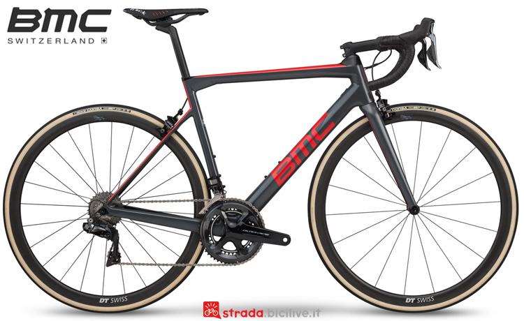 Una bicicletta da corsa BMC Teammachine SLR01 One