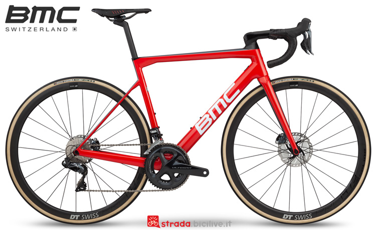 Una bicicletta da strada BMC Teammachine SLR01 Disc Three 2019