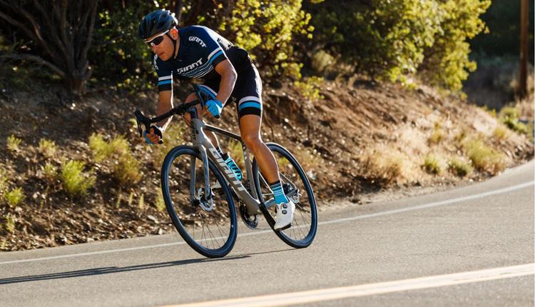 Un ciclista in sella a una bici da corsa Giant del 2019