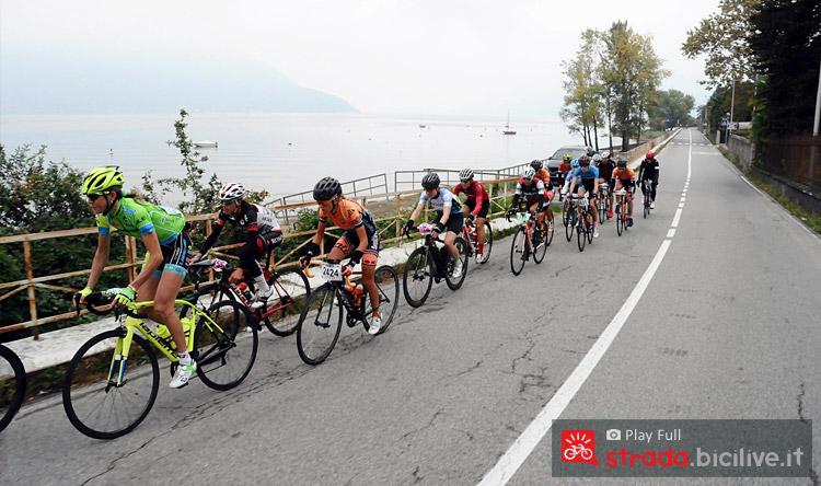 ciclisti in una parte del tracciato lungo il lago