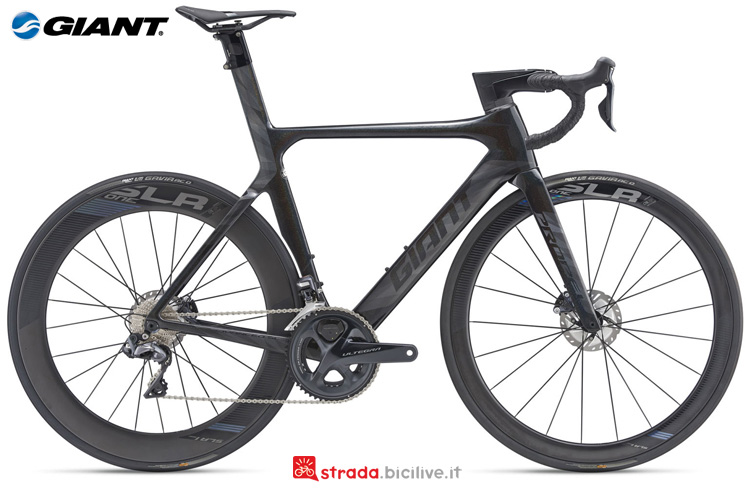 Una bicicletta da corsa Giant Propel Advanced SL 1 Disc