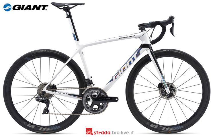 Una bici da corsa Giant TCR Advanced SL 0 Disc