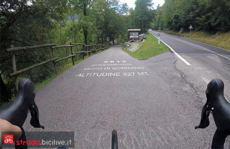 la scritta del Giro di Lombardia salendo a Sormano