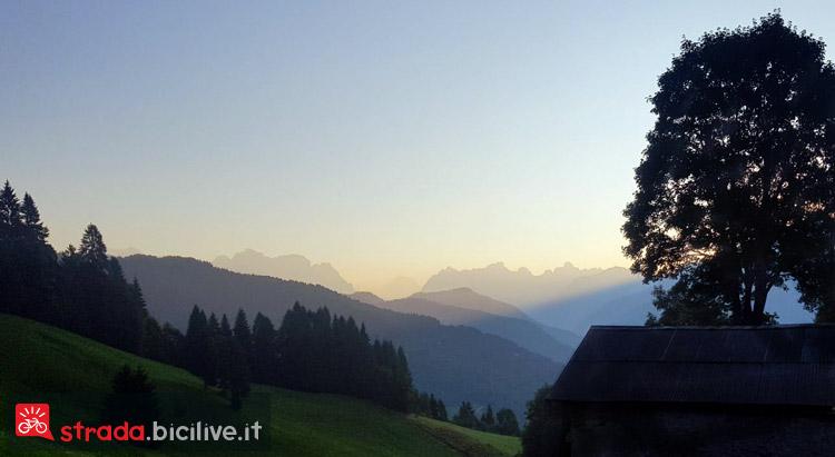 panorama del passo Duran sulle Dolomiti all'alba