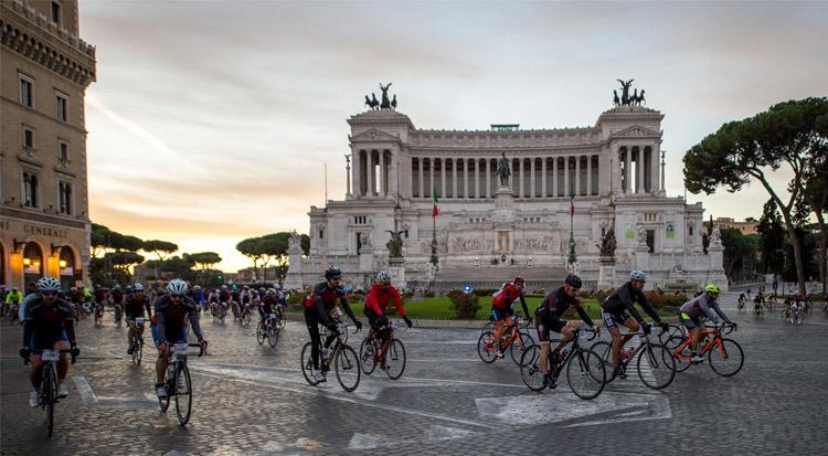 ciclisti pedalano all'Altare della Patria