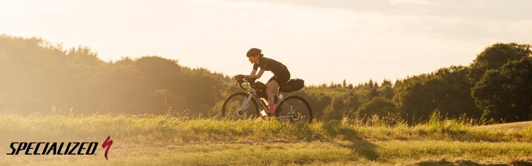 Ciclista in viaggio in sella a una bicicletta Specialized