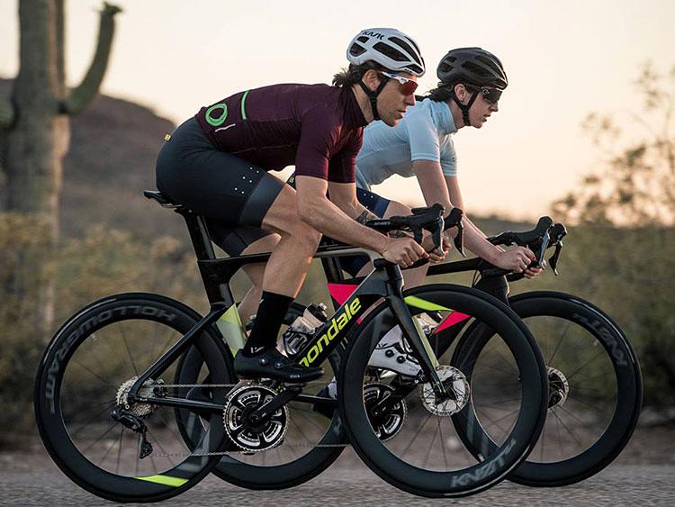 ciclisti con una bici da strada da gara Cannondale 2019