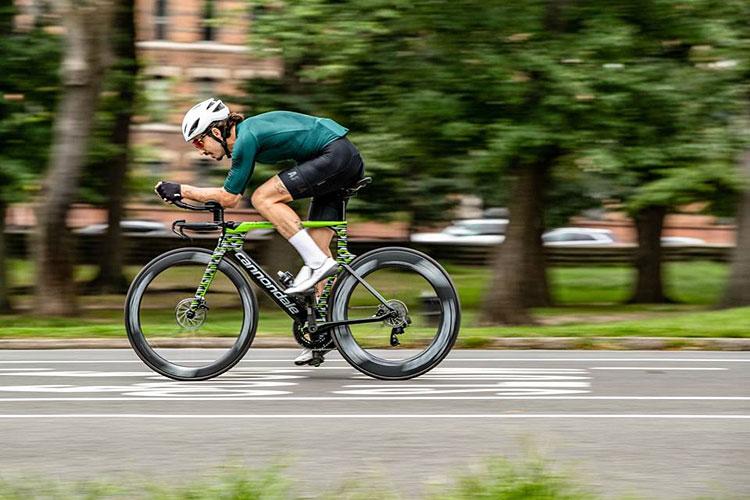 ciclista con una bici da triathlon dal catalogo Cannondale 2019