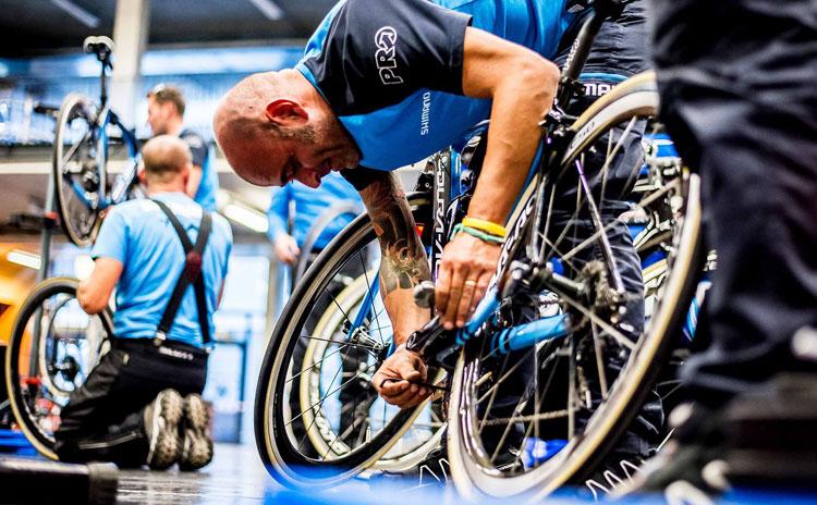 meccanico Shimano durante i Mondiali di ciclismo UCI