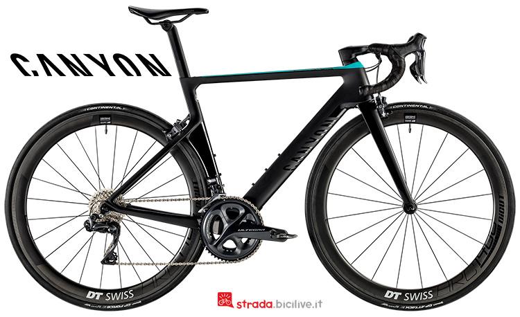 Una bici Aeroad WMN CF SLX 8.0 Di2 da strada