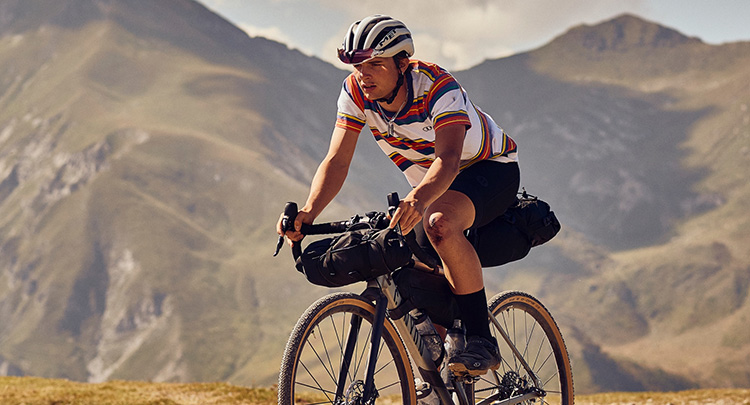 Ciclista in sella ad una Canyon grail 2019