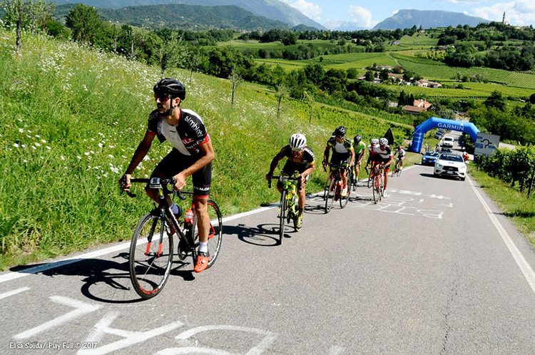 Ciclisti alle prese con una salita durante la  granfondo Pinarello