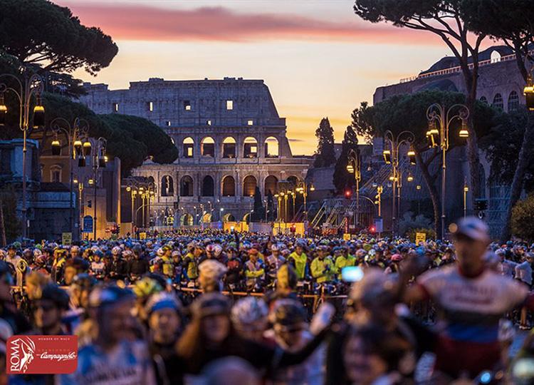 Partenza con sfondo colosseo della Granfondo Campagnolo Roma
