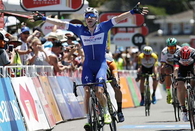 Elia Viviani vince uno sprint con la QuickStep